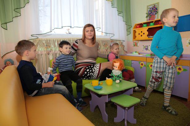 Представитель фирмы КонВис Татьяна Потоцкая с воспитанниками ясли-сада №45.