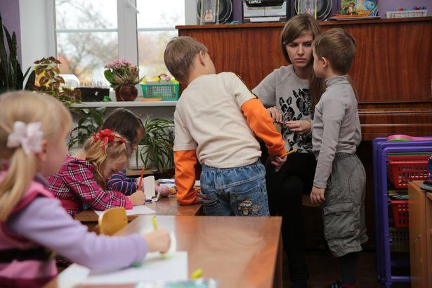 Воспитатель Елизавета Геннадьевна работает в ГУО «Детский сад №4» всего два месяца. По специальности она психолог, но, несмотря на невысокую заработную плату, предпочла работу с детьми, потому что именно это считает своим призванием.