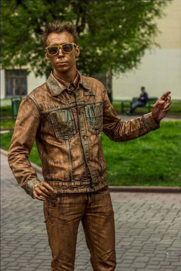 На лицо и волосы Алексей наносит краску перед каждым выступлением, а костюм «гримирует» заранее. Краска для одежды и лица – разная.