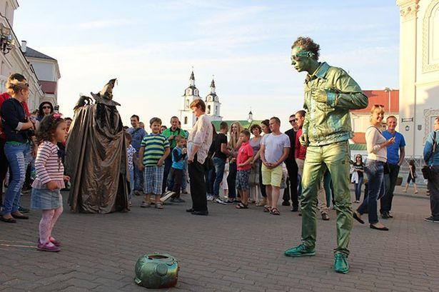 Покрытый бронзовым гримом с ног до головы, Disco Man исполняет танец робота, как только зрители положат деньги в его волшебный магнитофон-кошелек.