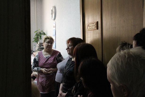 Работницы швейной фабрики собрались у кабинета главного инженера Валентины Томащук. Фото: Александр ТРИПУТЬКО
