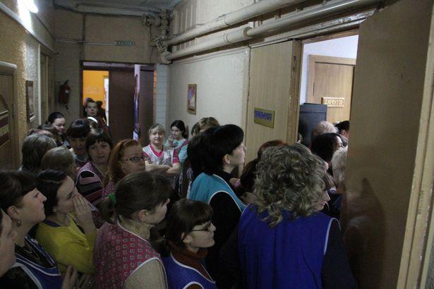 Швеи требуют, чтобы им выплатили зарплату. Барановичская фабрика, 31 октября 2014 года. Фото: Александр ТРИПУТЬКО