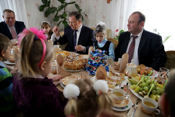 За столом (слева направо) Василий Хватик, Константин Сумар, Юрий Громаковский и дети. Фото: Дмитрий МАКАРЕВИЧ.