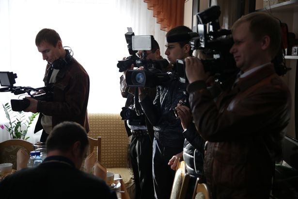 Представители СМИ готовят репортаж с места события. Фото: Дмитрий МАКАРЕВИЧ.