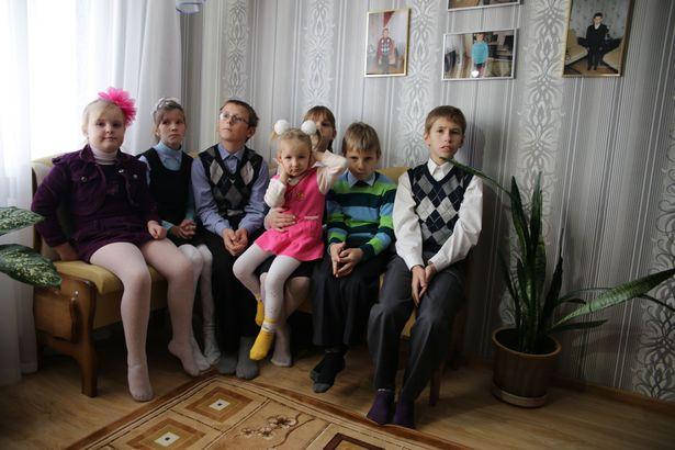Дети в гостиной. Фото: Дмитрий МАКАРЕВИЧ.