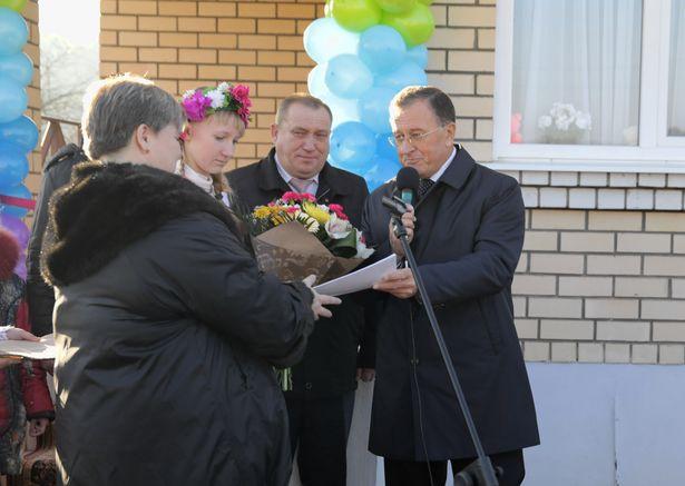 Председатель Брестского облисполкома вручает паспорт на компьютер. Фото: Дмитрий МАКАРЕВИЧ.