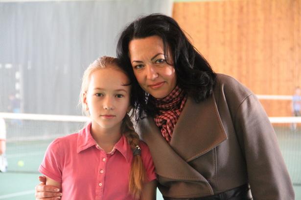 Алеся Лицкевич занимается в группе Ивана Бобко меньше года. Но, по словам ее мамы Аллы Владимировны, за это время очень многому научилась. – Прихожу на занятия, смотрю, как играют дети, и вижу, что дочка не уступает многим из тех, кто посещает занятия уже давно