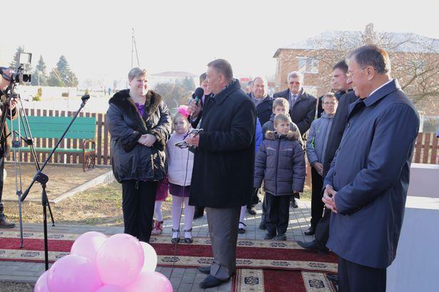 Вручение символического ключа от нового дома. Фото: Дмитрий МАКАРЕВИЧ.