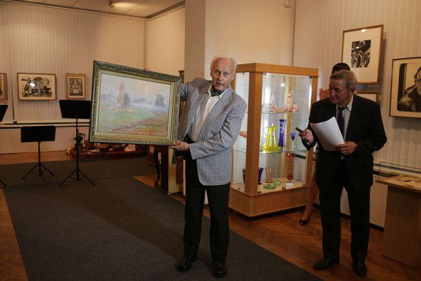 Художник Иосиф Голяк подарил музею свою картину.