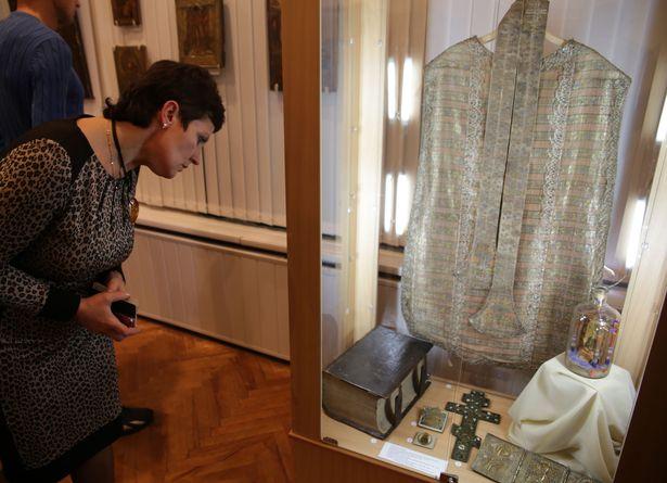 Экспонат выставки. Орнат со стулой, выполненный из фрагментов слуцкого пояса к. 18 века