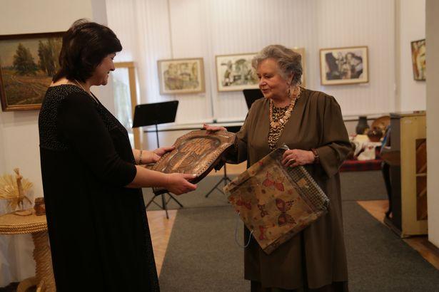 Чеканку работы Владимира Ромейко подарила музею Ольга Ромейко, вдова художника.