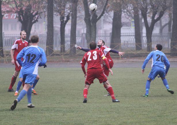 Мяч у барановичских футболистов. Фото: Александр ТРИПУТЬКО.