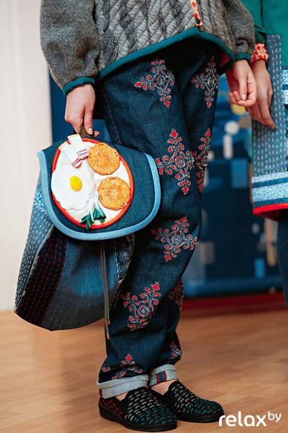 Рюкзак из джинсовой ткани с аппликацией в виде яичницы с салом и драниками. Фото: relax.by