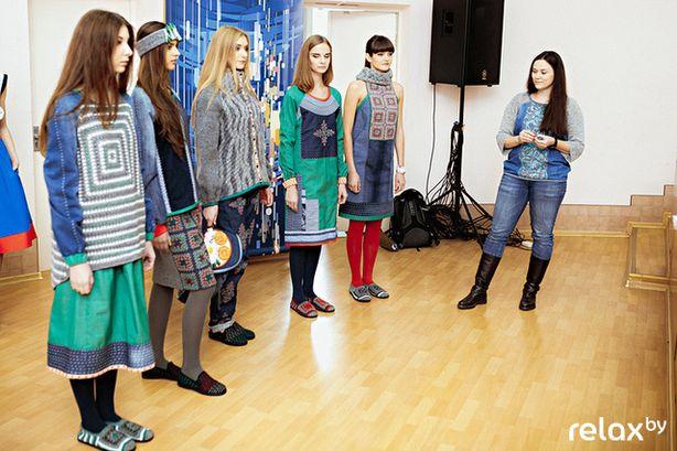 Дизайнер Екатерина Занько представляет жюри свою коллекцию. Фото: relax.by