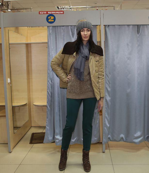 Спортивный комплект: куртка стеганая – 880 тыс. руб., брюки – 360 тыс. руб.,  джемпер – 340 тыс. руб.,  шапка с помпоном – 460 тыс. руб., палантин – 160 тыс. руб.