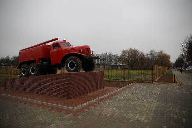 В Барановичах установили памятник пожарному автомобилю