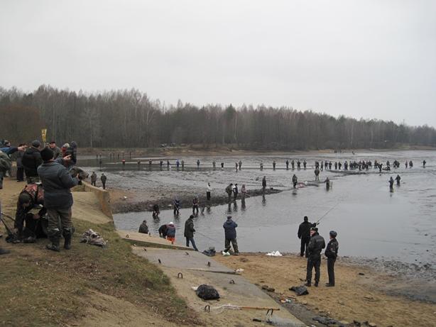 Желающих поймать рыбу было много. Фото: Татьяна НЕКРАШЕВИЧ.