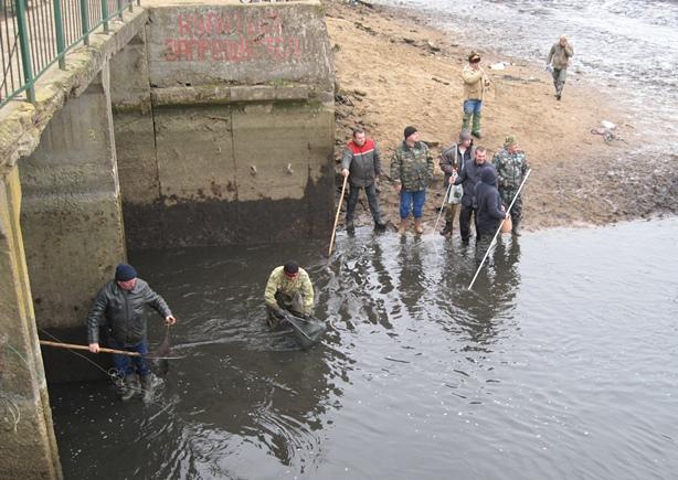 Многие рыбаки искали счастья на самой дамбе. Фото: Татьяна НЕКРАШЕВИЧ.
