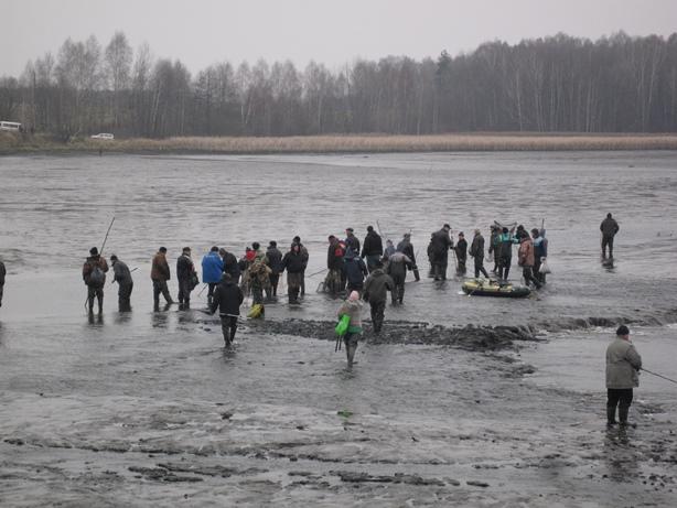 Многие тянули на середину водохранилища резиновые лодки, велосипеды. Фото: Татьяна НЕКРАШЕВИЧ.