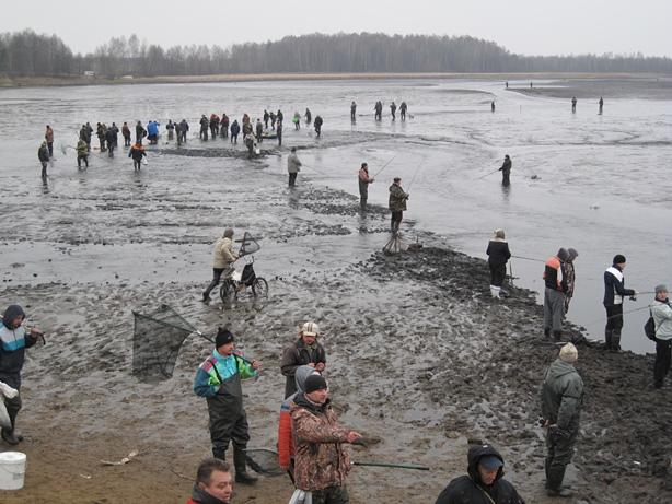 Очереди из желающих поймать рыбу. Фото: Татьяна НЕКРАШЕВИЧ.