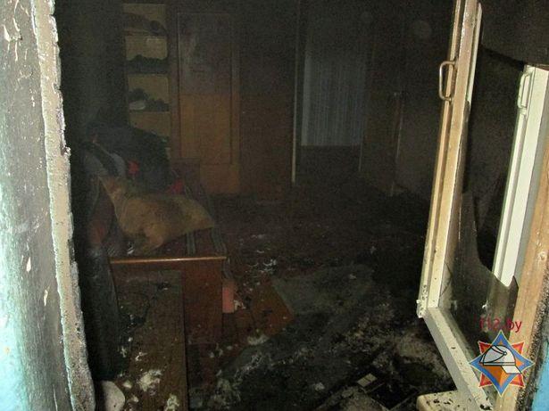 В результате происшествия огнем повреждены кровать, постельные принадлежности, закопчены стены и потолок квартиры. Фото: Сайт Брестского МЧС http://mchs.gov.by