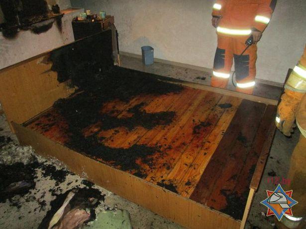 Огнем повреждены матрас, кровать и постельные принадлежности. Фото: Сайт Брестского МЧС http://mchs.gov.by