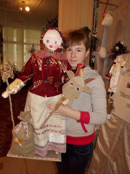 Александра Козел, участница народного самодеятельного коллектива Художественная игрушка» с куклой Коляда