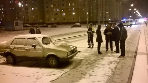 Водитель автомобиля не заметил девушку, переходившую улицу. Фото: Руслан РЕВЯКО