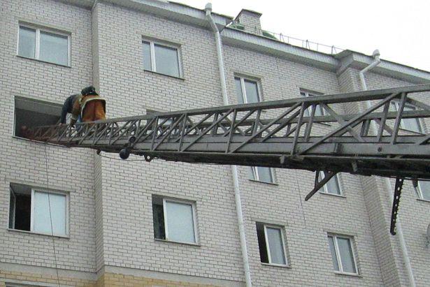 По техническому замыслу учений, в жилом блоке на третьем этаже одного из общежитий БарГУ произошел пожар. Фото: Барановичский ГРОЧС