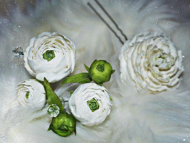 Шпильки, украшенные цветами из холодного фарфора. Фото из архива автора.