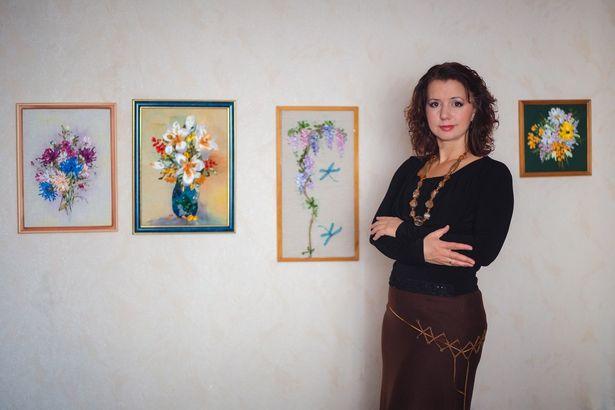 Валерия Нестерук на фоне своих работ. Фото: Анатолий НЕСТЕРУК.