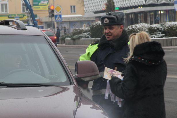 В ходе акции водителям транспортных средств были вручены белые ленты, информационные материалы и сувениры. Фото: Александр ТРИПУТЬКО