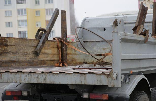 Во время движения грузовика с кузова соскользнули шпалы