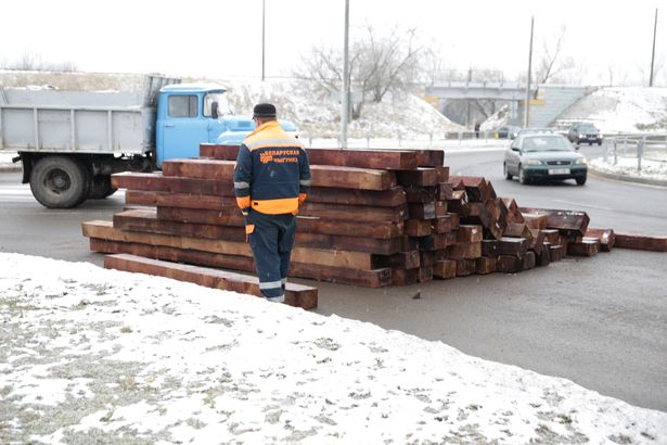 ФОТОФАКТ: Шпалы на автомобильной дороге в Барановичах