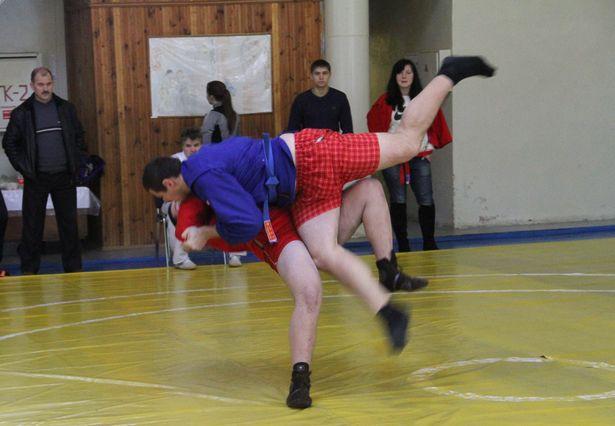 На ковре Юрий Подковырин из г. Ивацевичи (в красной куртке) и Максим Михнюк из г. Кобрина. Победу одержал ивацевичский спортсмен.