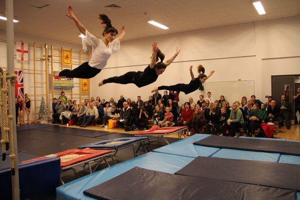 Светлана (в белой блузке) в 43 года находится в отличной спортивной форме и принимает участие в различных гимнастических шоу.