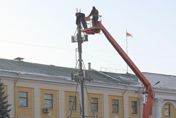 На площади Ленина началась установка елки-2015