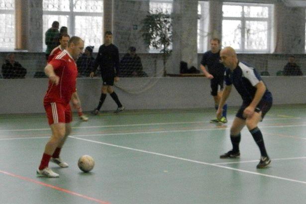Дмитрий Гицелев из березовского «Вераса» с мячом. Фото: Сергей ЖИВУЛА
