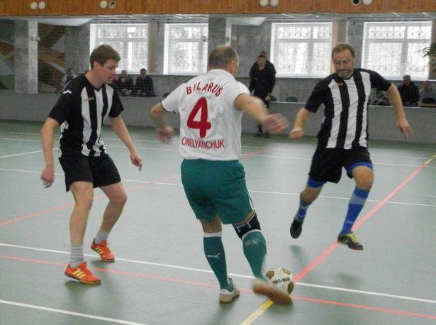 Владимир Шупилов и Владимир Михальцов окружили соперника. Фото: Сергей ЖИВУЛА