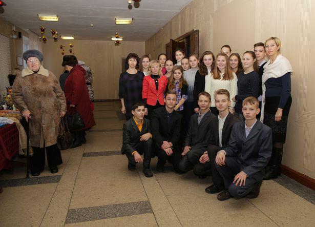 Председатель Барановичского городского общественного объединения Белорусского общества инвалидов Жанна Сосницкая (справа) и волонтеры общества – ученики средних учебных заведений города.