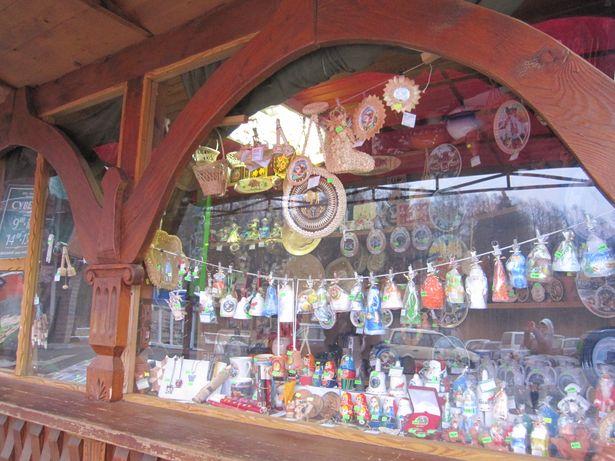 На входе в Беловежскую пущу можно купить сувениры. Фото: Ольга ШИРОКОСТУП