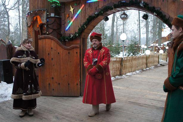 Помощница Деда Мороза, сказочный персонаж Янка и страж встречают гостей у ворот в резиденцию Дедушки Мороза. Фото: Ольга ШИРОКОСТУП