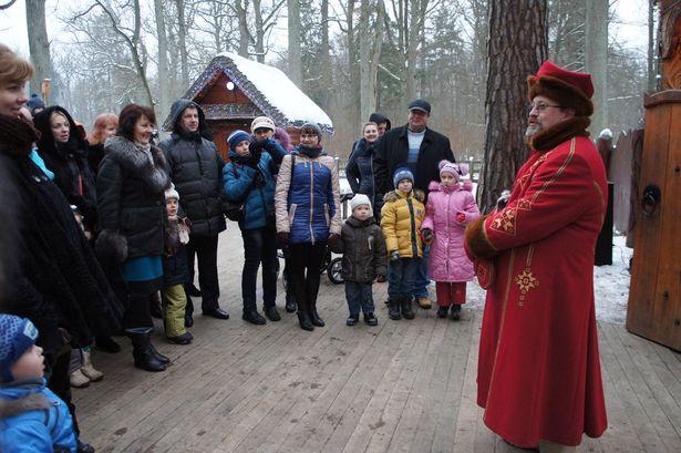 Экскурсию по поместью Дедушки начинает сказочный персонаж Янка. Фото: Ольга ШИРОКОСТУП