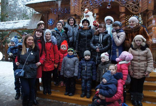 Сфотографироваться с Дедом Морозом и Снегурочкой можно группой. Фото: Ольга ШИРОКОСТУП