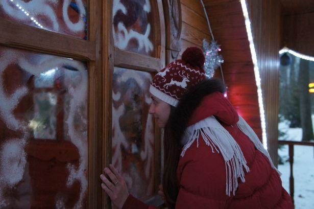 Чтобы стать моложе, нужно посмотреть в одно из окошек в доме Снегурочки. Фото: Ольга ШИРОКОСТУП