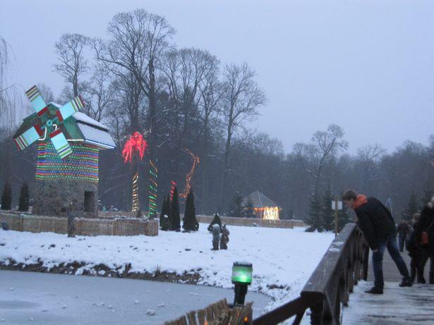 В резиденции Деда Мороза можно пройти по сказочному мостику через пруд, где живет Щука-волшебница, и подойти к мельнице добрых дел. Фото: Ольга ШИРОКОСТУП