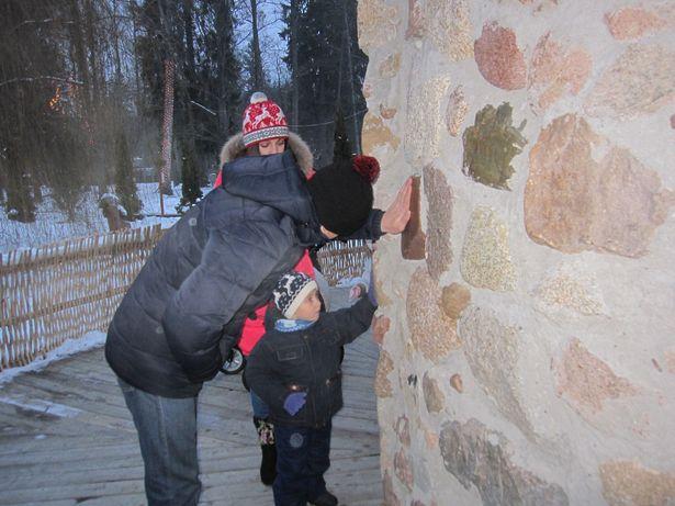 Если дотронуться до стены мельницы, все плохие поступки перемелет Дедушка Мороз. Фото: Ольга ШИРОКОСТУП