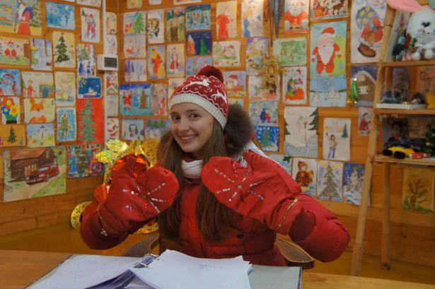 Все желающие могут примерить варежки Деда Мороза. Фото: архив Ольги ШИРОКОСТУП