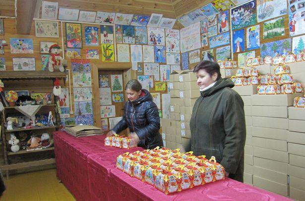 Взамен на билет в скарбнице вручают сладкие подарки. Фото: Ольга ШИРОКОСТУП