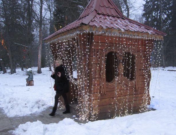 К новому году беседки в Беловежской пуще украсили гирляндами. Фото: Ольга ШИРОКОСТУП